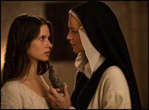 GUY FERRANDIS/SBS PRODUCTIONS | Daphne Patakia (la monja Bartolomea) i Virginie Efira, a l'escena en qüestió de l'estatueta de la verge com a consolador a Benedetta
