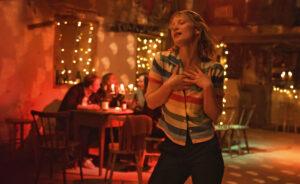 CG CINÉMA | Mia Wasikowska, a l'escena de <em>Bergman Island</em>, de Mia Hansen-Løve, on balla amb la cançó <em>The Winner Takes It All</em> dels Abba