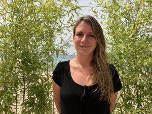 VICENÇ BATALLA | La cinéaste catalane Clara Roquet, sur une plage de Canes pendant la promotion de <em>Libertad</em>, à la Semaine de la Critique