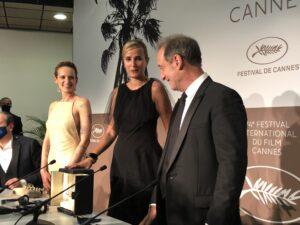 VICENÇ BATALLA | L'actrice Agathe Rousselle, la cinéaste Julia Ducournau et l'acteur Vincent Landon, dans la salle de presse avec la Palme d'or pour Titane