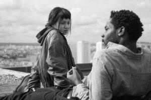 SHANNA BESSON | Lucie Zhang y Makita Samba, en el tejado del polígono parisiense de la película <em>Les Olympiades</em>, de Jacques Audiard