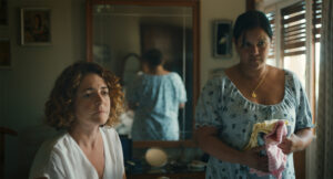 ARCHIVE | Nora Navas, dans le rôle de la mère de Nora, et Carol Hurtado, dans le rôle de Carol en servante, à <em>Libertad</em>