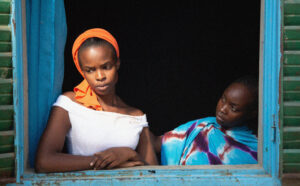 PILI FILMS | Rihane Khalil Alio, en el paper de Maria, la filla, i Achouackh Abakar Souleymane, en el d'Amina, la mare, a Lingui, de Mahamat-Saleh Haroun
