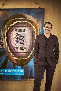 CHRISTOPHE RAYNAUD DE LAGE | El director del Festival de Aviñón, Olivier Py, delante del cartel de la septuagésimo quinta edición, obra de Théo Mercier