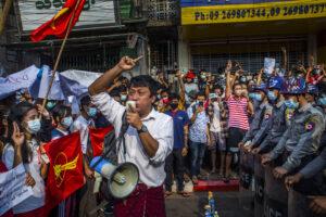 PHOTOGRAPHE ANÒNIM/THE NEW YORK TIMES | Manifestants birmans de la Ligue nationale pour la démocratie à Rangoon, en février dernier