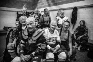 DAVID BURNETT/CONTACT PRESS IMAGES | L'équipe de hockey sur gel Gray Wolves (les loups gris) entoure Marsh Webster (gilet blanc), âgé de 95 ans, à Skaneateles, État de New York, en septembre 2018