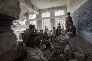 GILES CLARKE/UNOCHA | Des enfants dans leur ancienne école détruite deux ans plus tôt par des bombardements aériens saoudiens, dans le village yéménite d'Aal Okab, près de Saada, en avril 2017
