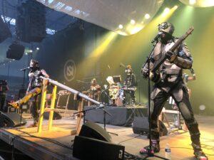 VICENÇ BATALLA | Els membres de Fulu Miziki, la banda de Kinshasa i la seva indumentària i instruments afro-punk-futuristes