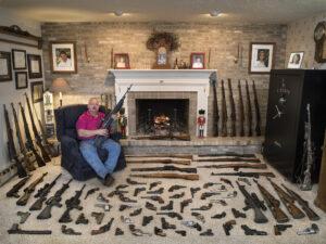 GABRIELE GALIMBERTI/NATIONAL GEOGRAPHIC | L'Américain Stephen F. Wagner, à State College, Pennsylvanie, expose sa collection de quelque soixante-dix armes à feu dans sa maison