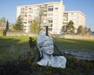 GUILLAUME HERBAUT/AGENCE VU' | Buste de Marianne, symbole de la Cinquième République française, dans un jardin de la ville de Clichy-sous-Bois, en banlieue parisienne, en novembre 2020