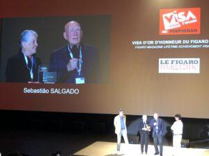 VICENÇ BATALLA   El fotógrafo brasileño Sebastião Salgado, al lado de su esposa, Lélia Wanick, con el Visa de Oro de Honor a una carrera que concede Le Figaro Magazine
