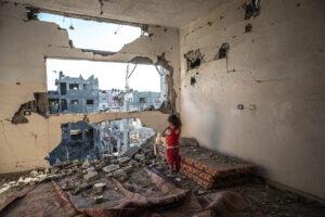 FATIMA SHBAIR/GETTY IMAGES | Une fillette palestinienne dans ce qui reste de la maison familiale à Beit Hanoun, dans le nord de Gaza, après les bombardements israéliens de mai dernier
