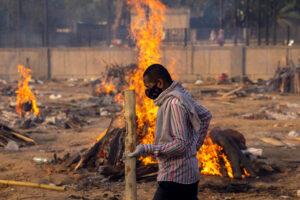 DANISH SIDDIQUI/REUTERS | Tombes funéraires de victimes du coronavirus au crématorium près de l'hôpital Guru Teg Bahadur à New Delhi, en avril dernier