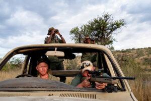 MÉLANIE WENGER/INLAND/LE FIGARO MAGAZINE/NATIONAL GEOGRAPHIC | L'Américain Erik Grimland, accompagné du propriétaire d'une réserve en Namibie et de deux guides, chassant des antilopes en avril dernier