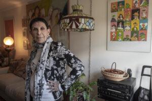 GEORGES BARTOLÍ   Bernice Bromberg, vídua de Josep Bartolí, al seu apartament a Nova York el 2019 amb una obra del seu marit al darrera