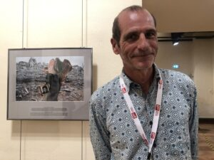 VICENÇ BATALLA | Éric Bouvet, davant d'una de les fotografies de la seva exposició al Visa pour l'Image de Perpinyà, a principis de setembre