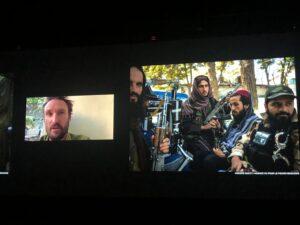 VICENÇ BATALLA | Imatge de l'entrevista al fotoperiodista australià Andrew Quilty, que segueix des de Kabul per a l'agència VU/<em>Le Monde</em> l'arribada al poder dels talibans, i que es va difondre en una de les nits de projeccions del Visa pour l'Image 2021