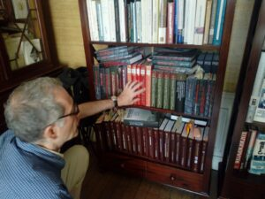 ABEL CUTILLAS | Lasha Otkhmezuri, ensenyant els documents dels arxius soviètics a la seva biblioteca
