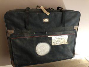 VICENÇ BATALLA   La maleta de Josep Bartolí quan va viure una temporada a casa del seu germà Salvador, al Guinardó de Barcelona, uns anys després de la mort de Franco