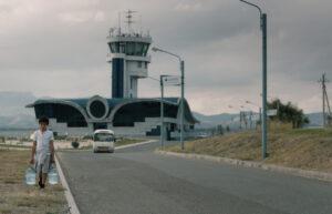 SISTER PRODUCTIONS   Un dels personatges, un nen armeni, al film Si le vent tombe, de Nora Martirosyan, amb l'aeroport inactiu de Stepanakert de fons
