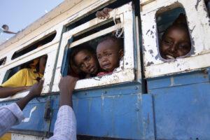NARIMAN EL-MOFTY/AP | Refugiats de l'oest de Tigre són traslladats per organitzacions humanitàries cap al camp de trànsit de Hamdayet, al Sudan, al desembre del 2020