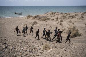 OLIVIER JOBARD/MYOP | Havent desembarcat a la costa sud iemenita, a Ras Al-Arah, migrants oromos d'Etiòpia comencen una llarga marxa a través d'un país en guerra per intentar arribar a l'Aràbia Saudita