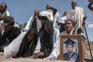 EDUARDO SOTERAS/AFP | Des familiers en pleurs devant une fosse avec 81 corps de tigréens à Wukro, au nord de Mekele, tués par les troupes éthiopiennes et érythréennes, sur une photo prise le 28 février 2021