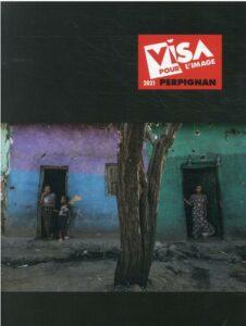 ÉDITIONS SNOECK | El catàleg del Visa pour l'Image 2021, amb una foto a la portada d'Eduardo Soteras d'unes cases bombardejades a Mehoni, al sud de Tigre, en una imatge de l'11 de desembre del 2020